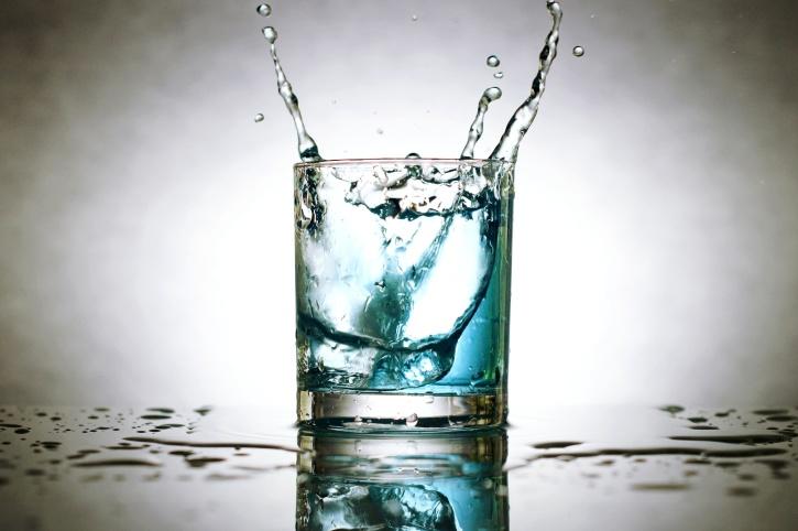 Wietzaadjes ontkiemen in een glas water